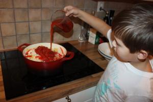 Vann og tomatpure helles på