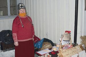 Åse solgte julenek for LIons og bøker m.m. for Meløy historielag.