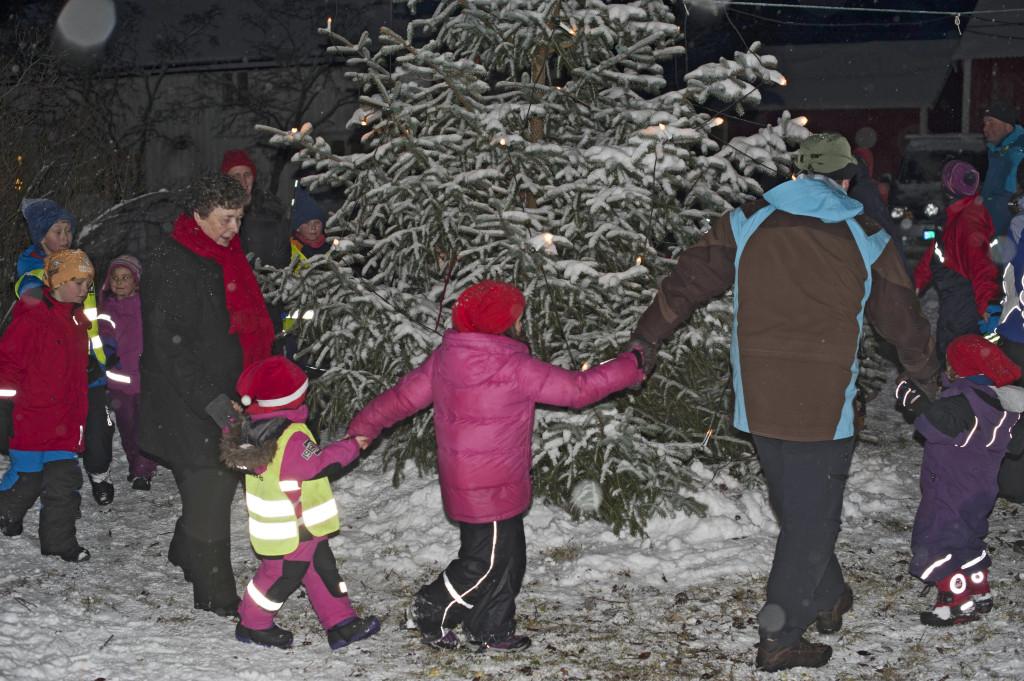 Mange benyttet seg av muligheten til å gå rundt juletreet