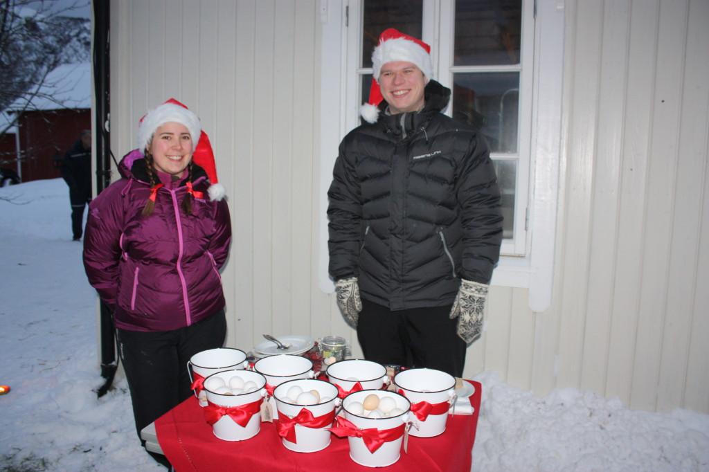 Tine og Einar har startet opp med høns i Steinveien. Her selger de egg i fine bøtter med røde julesløyfer.