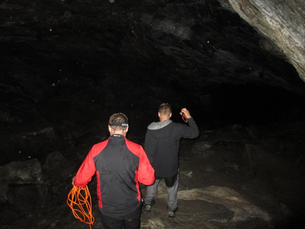 To av turfølget inne i grotta. Foto: TB