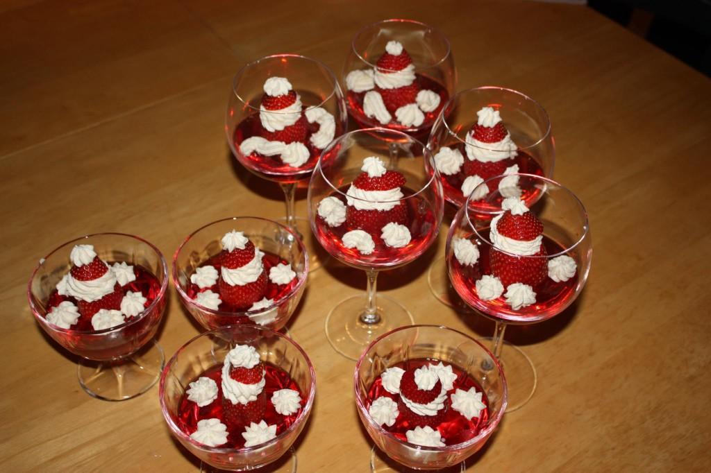 Vanlig rød gele i glass, med nissepynt.
