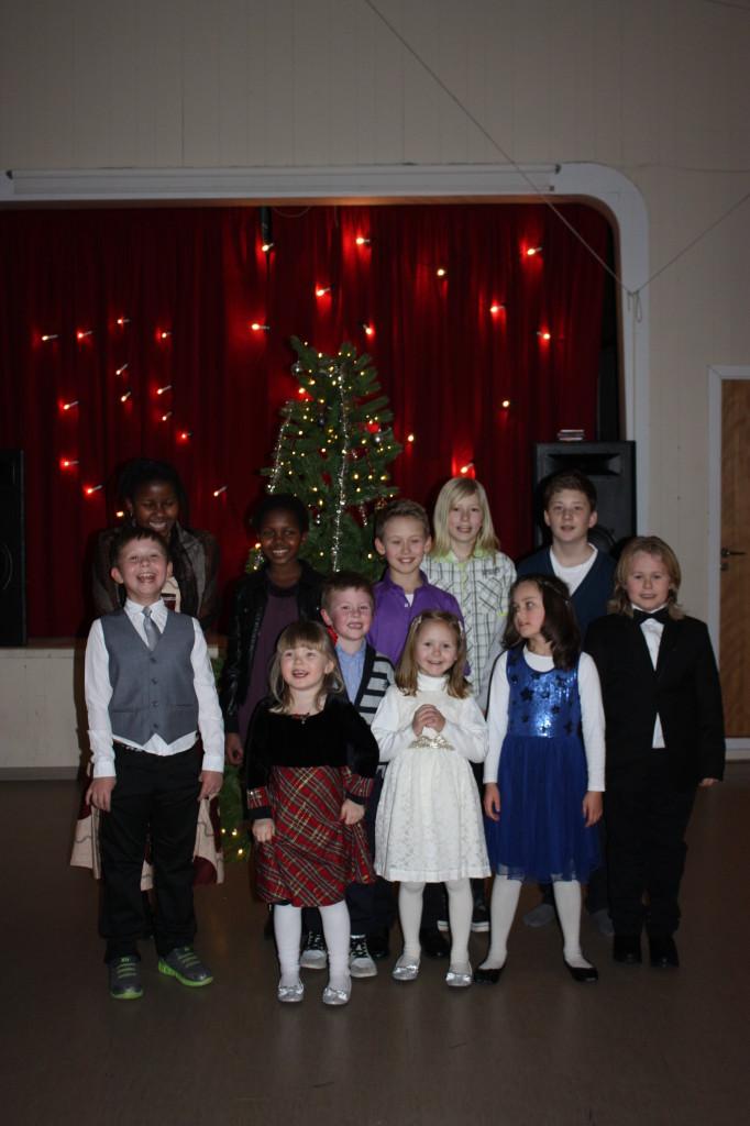 Her er de yngste samlet foran juletreet.