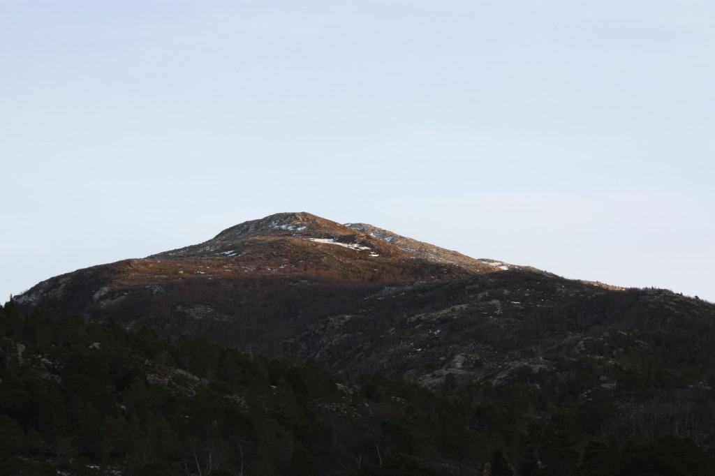 Sola viste seg også frem, selv om den ikke nådde helt ned på isen.