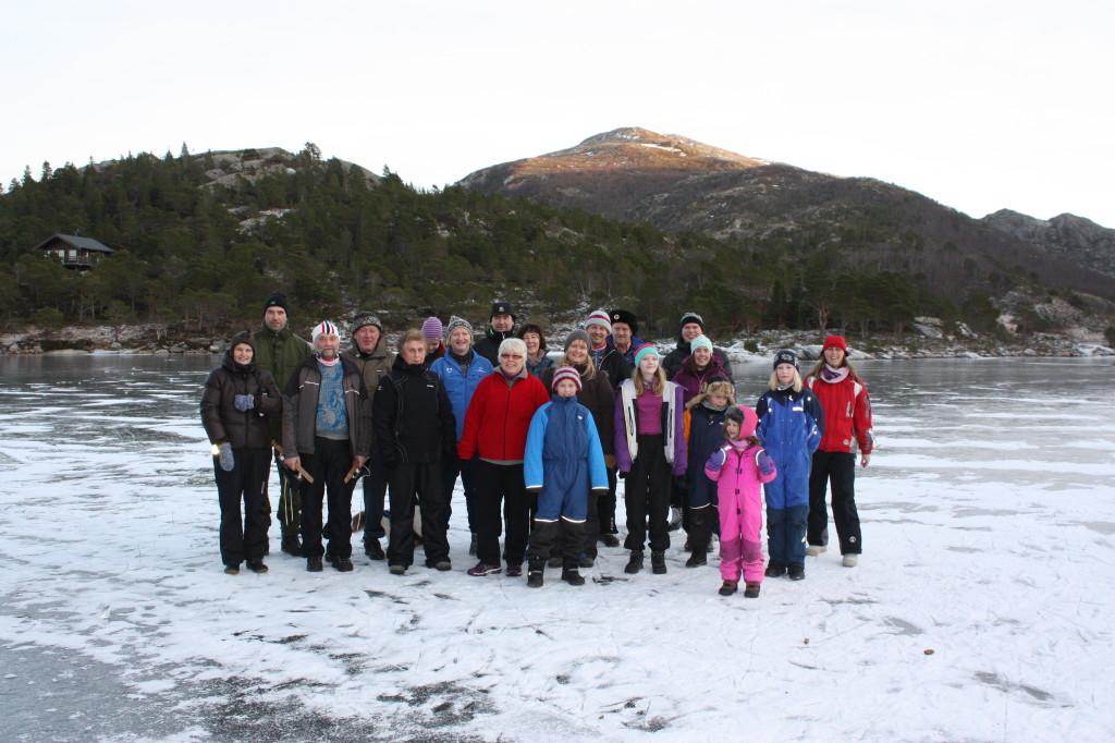 Denne gjengen var på Storvatnet på den storeskøytedagen. Folk fra hele kommunen gikk på skøyter på mange forskjellige vann.