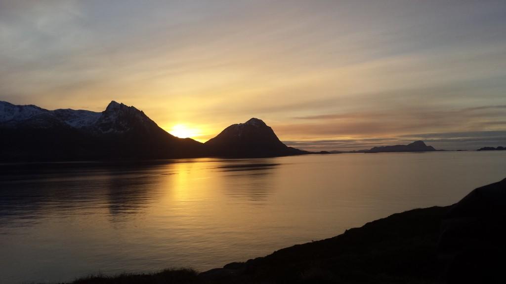 Ikke så altfor lenge før sola titter fram over fjellene. Foto: TB