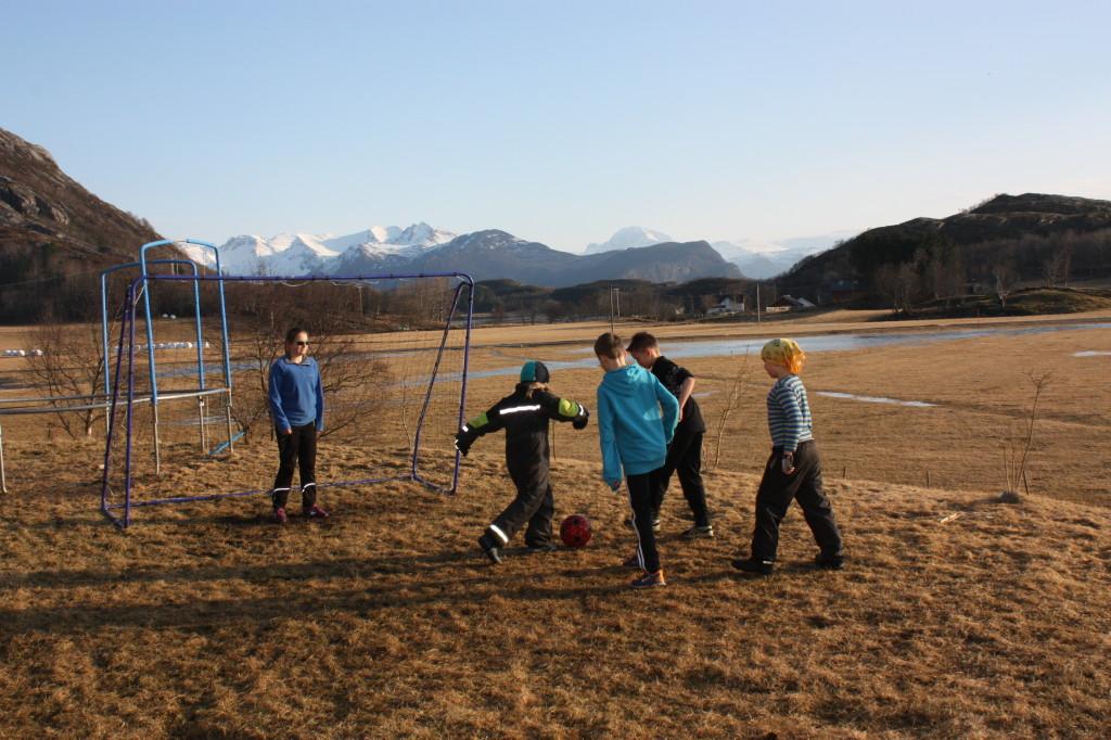 Mens vi venter på skiføre... Fotballmålet og fotballen ble hentet frem igjen.