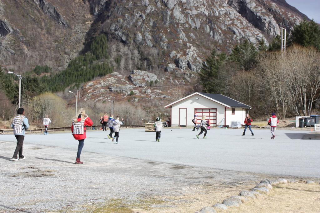 I påska samlet lokale unger og feriegjester seg på skoleplassen og spilte Fun Battle.