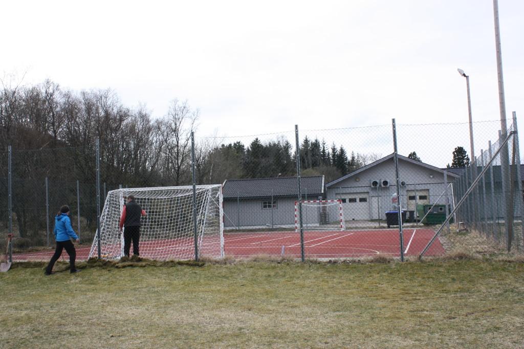 Målene ble satt fast på tennisbanen, og kan brukes til både fotball og håndball.