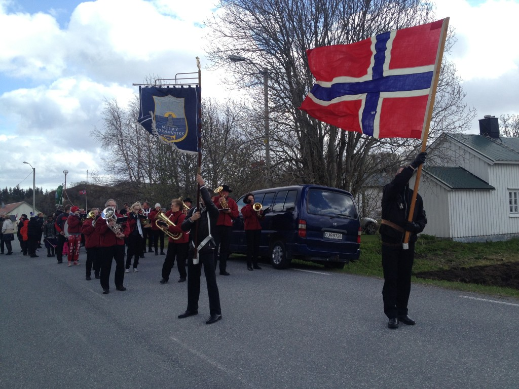 17. mai Meløy hornmusikk kjemper seg fram i vinden, og noen blåste nesten i grøfta.