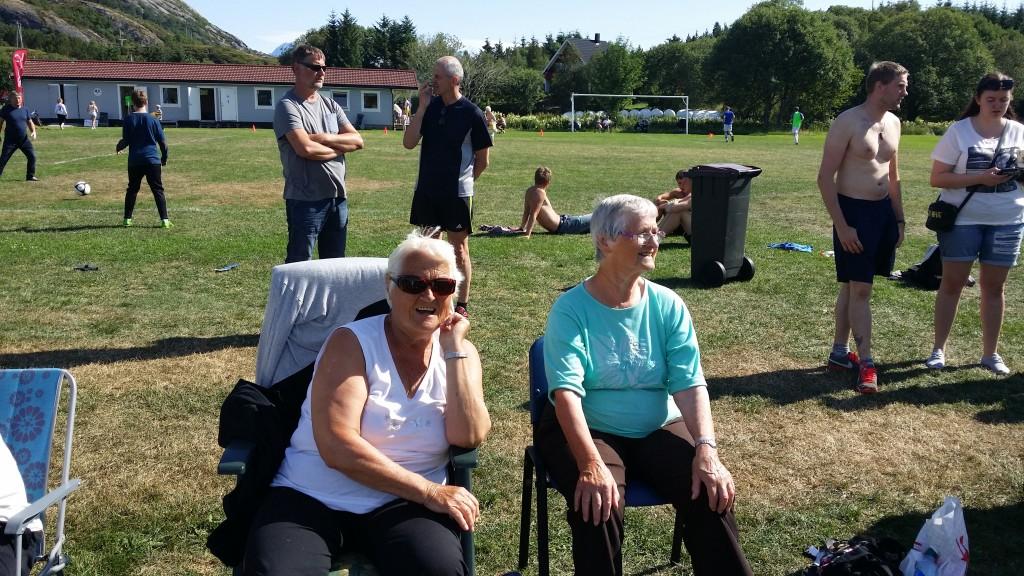 Tusen takk til publikum. Når disse to fotballmødrene/bestemødrene/oldemødrene får benket seg på sidelinja blir det alltid god stemning og ivrige heia-rop.