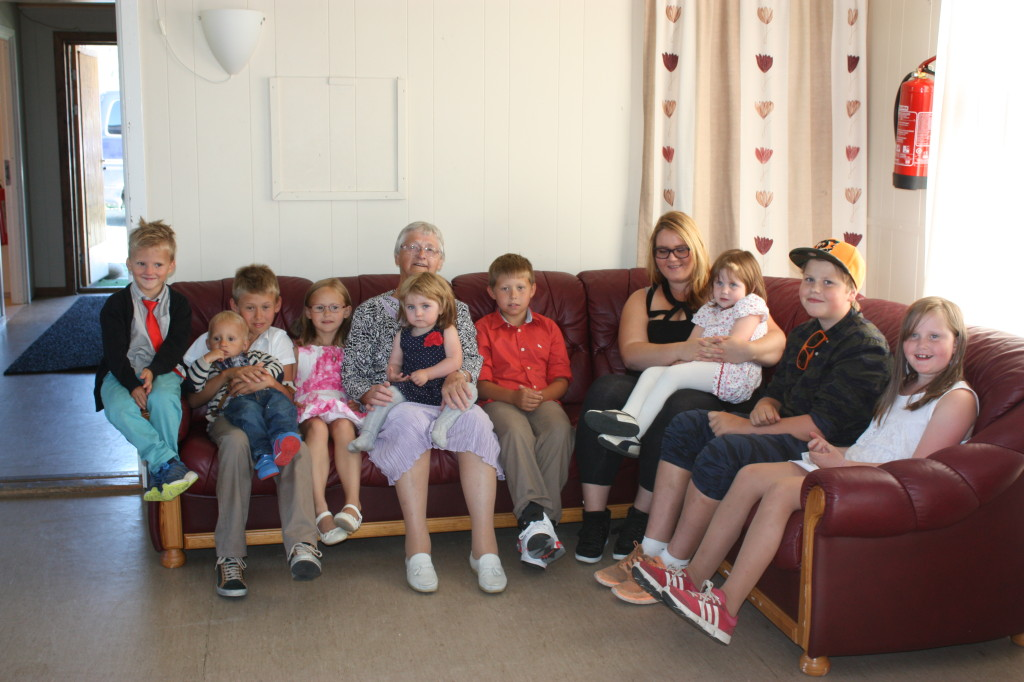 Mor sammen med oldebarna Ludvik, Elias, Edmund, Frida, Julian, Marita, Sara, Atle og Signe. På mors fang sitter tippoldebarnet Marte.