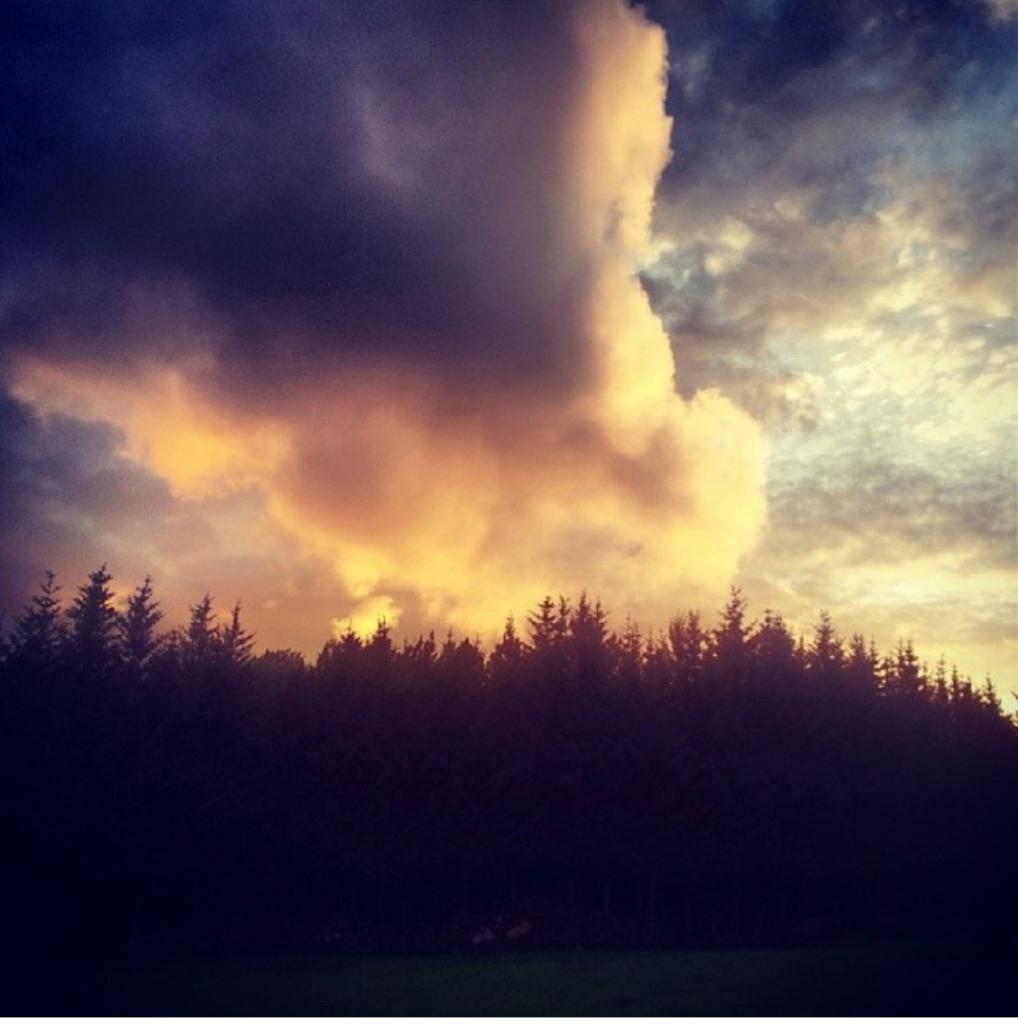 Nydelige farger på himmelen før de mørke skyene slår inn. Foto: Tiril Wiik