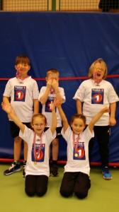 Stolte håndballspillere har mottatt medaljen etter årets minihåndballturnering