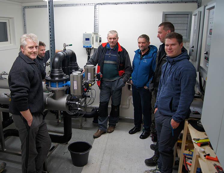 Gutta på kurs i å drifte anlegget. Steinar Wiik, Helge Tvenning, Helge Hansen, Remi Kristensen og Einar Johan Steinvei.