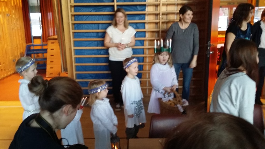I grøtspisarpausen kom barnahageungene på besøk og sang St. Luciasangen og delte ut Lusssekatter.