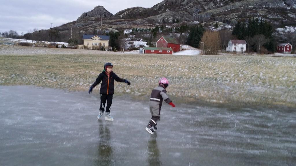 Bare små flekker har frosset på slik at ungene har fått gått litt utpå isen.