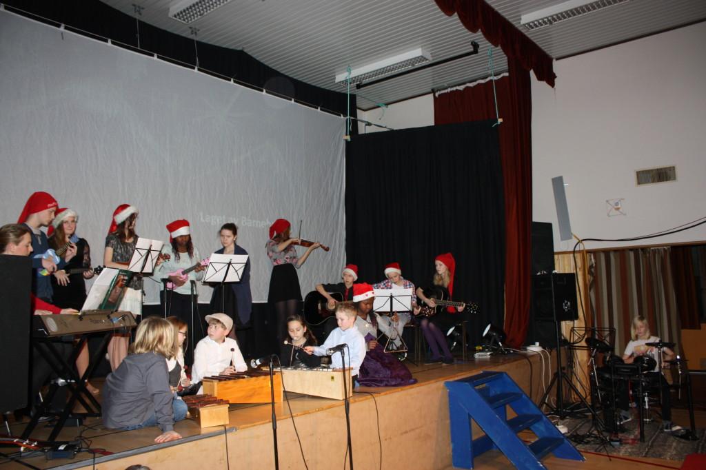 16 elever spilte samstemt på cylofon, gitar, ukulele, fele, slagverk og piano. Under kyndig ledelse av Lise. Imponerende.