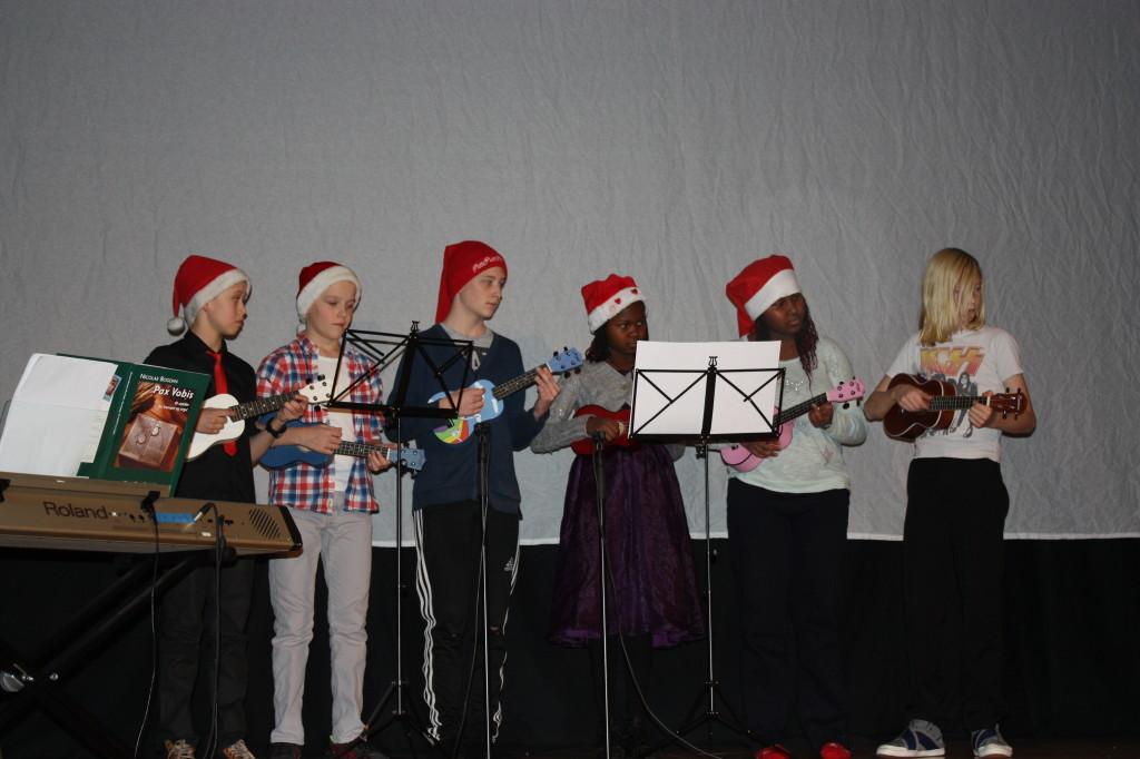Mellomtrinnet spilte  bla musevisa på ukulele.