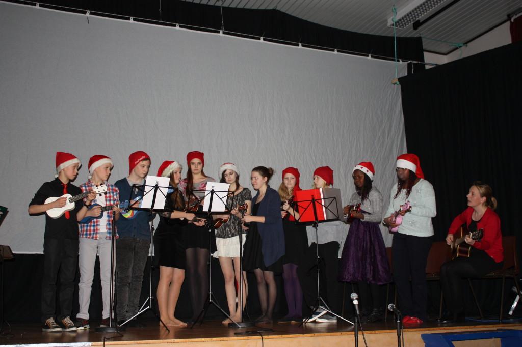 11 ukulister spilte Glade jul.