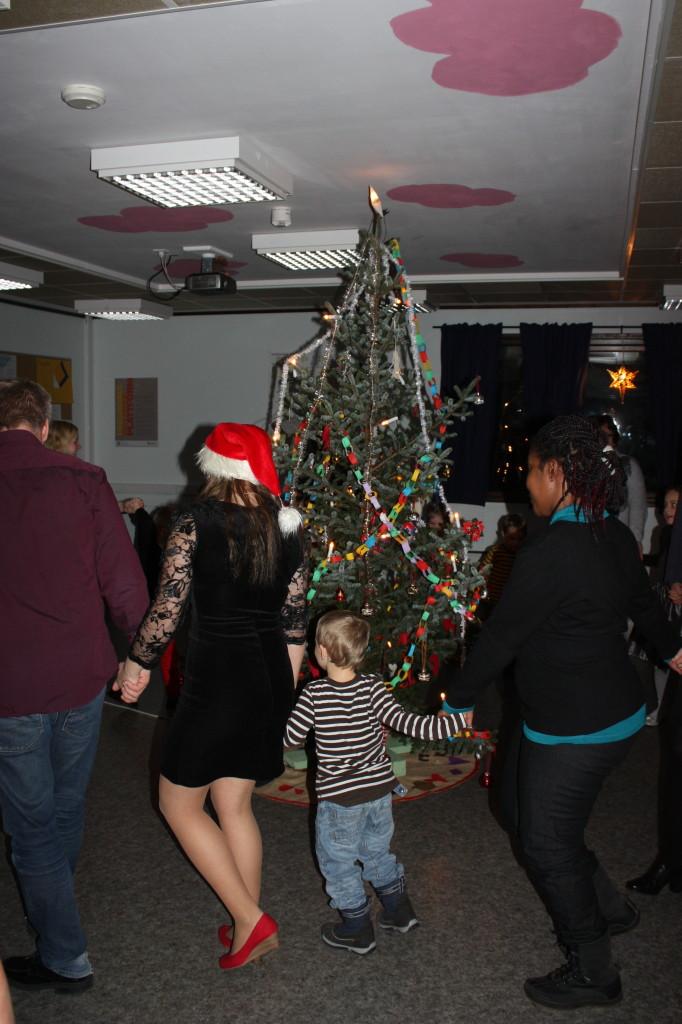 Etterpå ble det kaker, kaffe, juletregang og sosialt samvær.