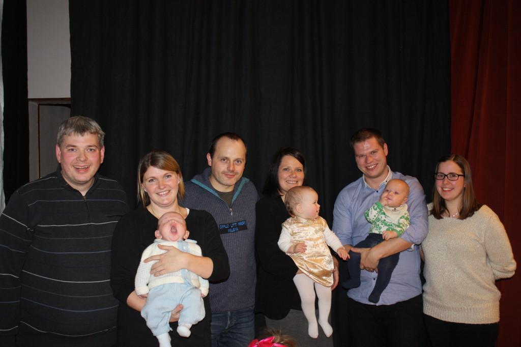 Her ser vi Håkon og Linn med sønnen Oliver Johan, Frank og Ellinor med datteren Nora, og Einar og Tine med sønnen Erling.