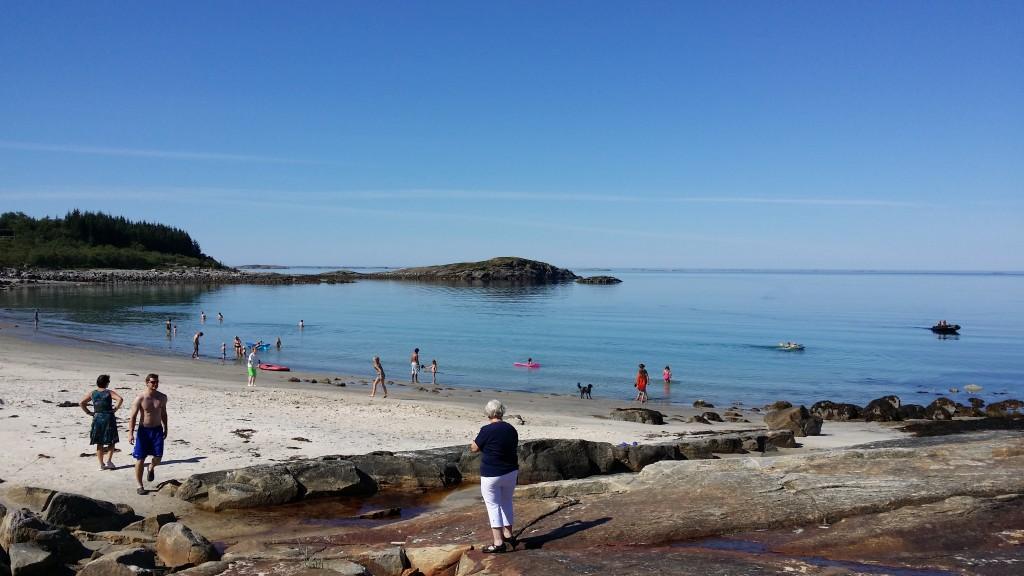 Ofte var det mye folk på stranda og i havet.