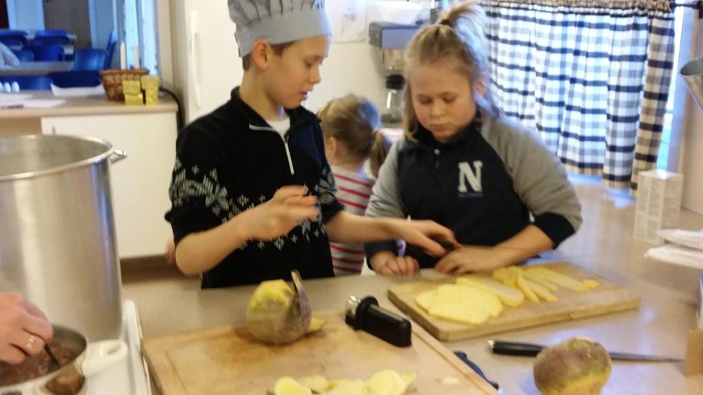 Vi startet på lørdag kl 10.30. Da skulle poteter, gulrot og kålrabi skrelles.