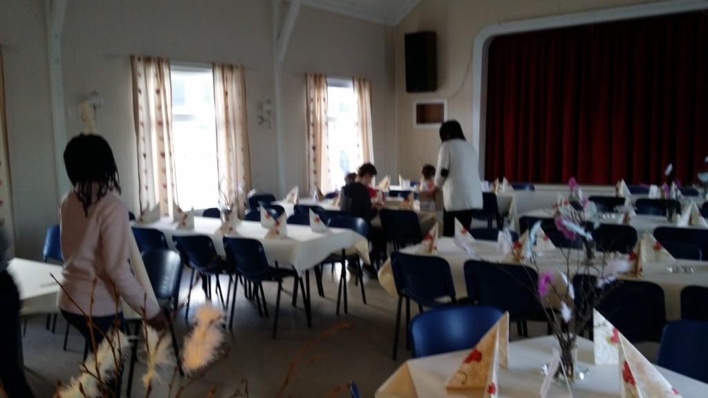 Ungene var delt i to grupper. Kokk og servitør. Servitørene dekket bordene.