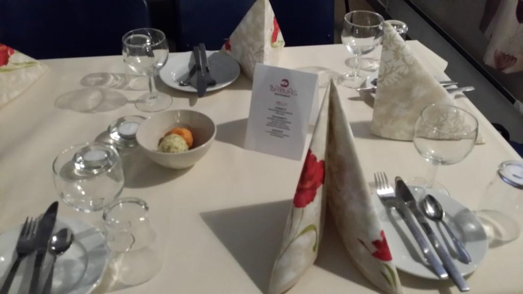 Kryddersmøret ble plasert pent på de pyntede bordene.