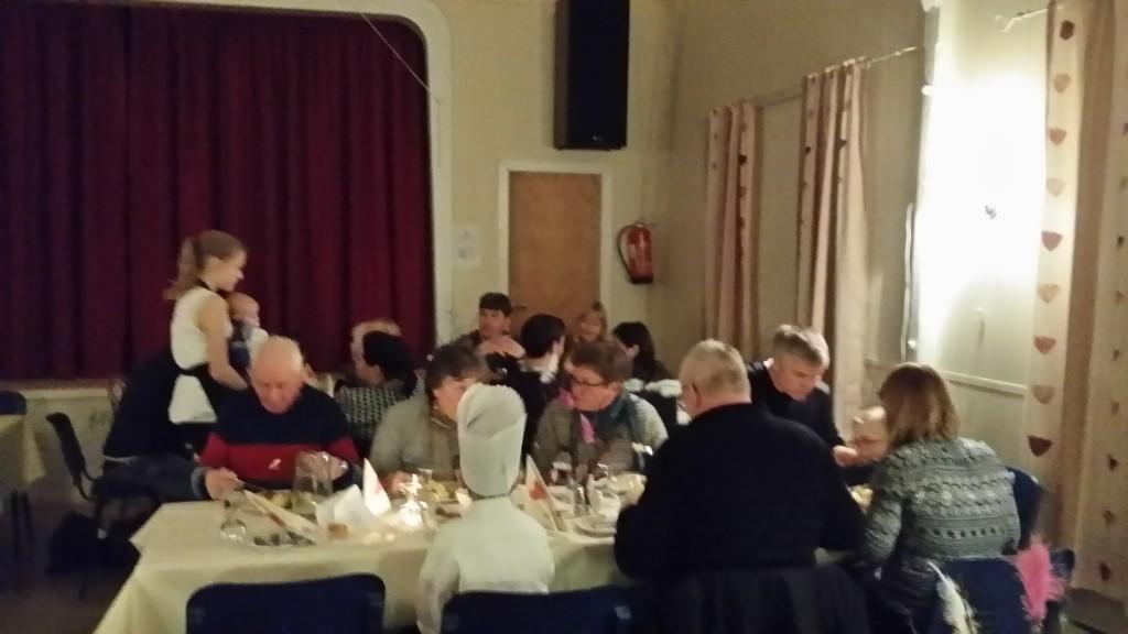 I løpet av to bordsett og 3 timer hadde alle fått mat.