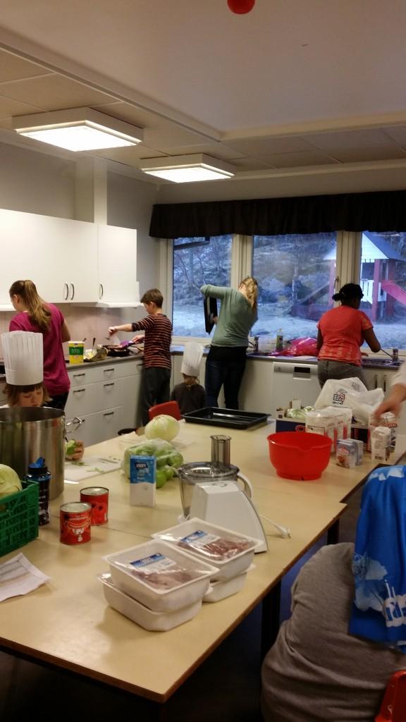 Kokkene startet neste dag med å steke opp koteletter..