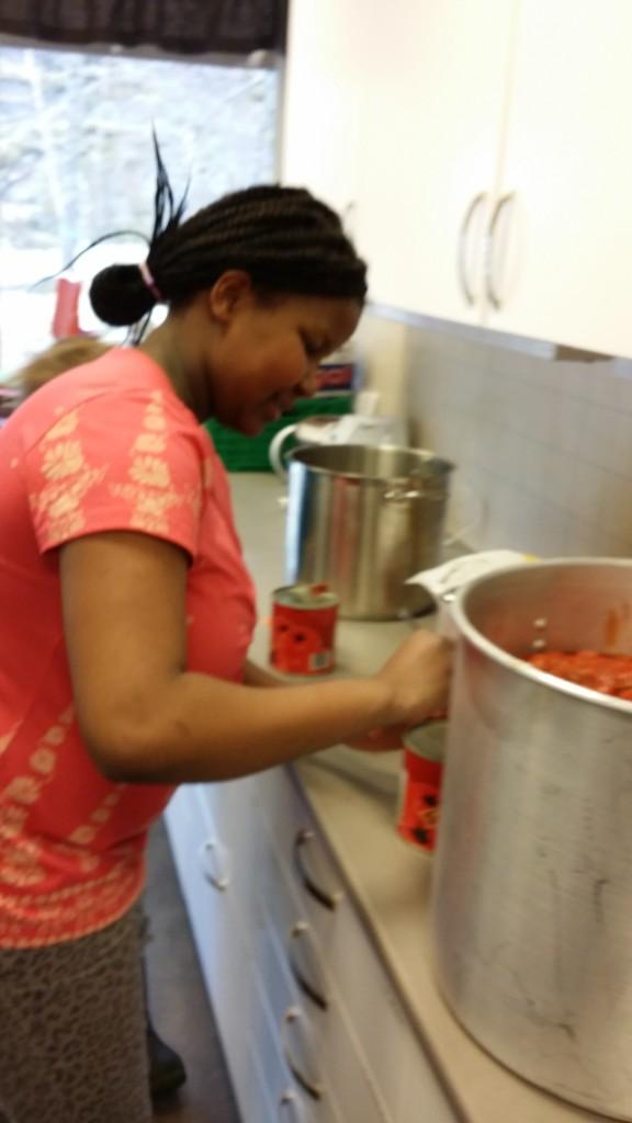 Og tomater ble fylt i kasserollen sammen med kjøttdeig og løk.