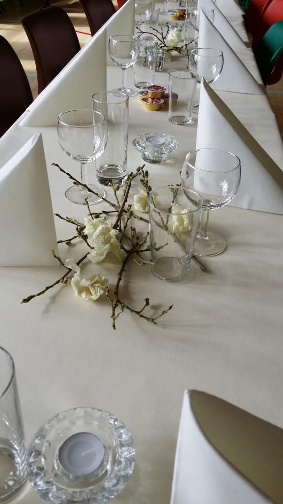 ..og ikke minst pynte med seljegreiner og små hvite silkepapirblomster.