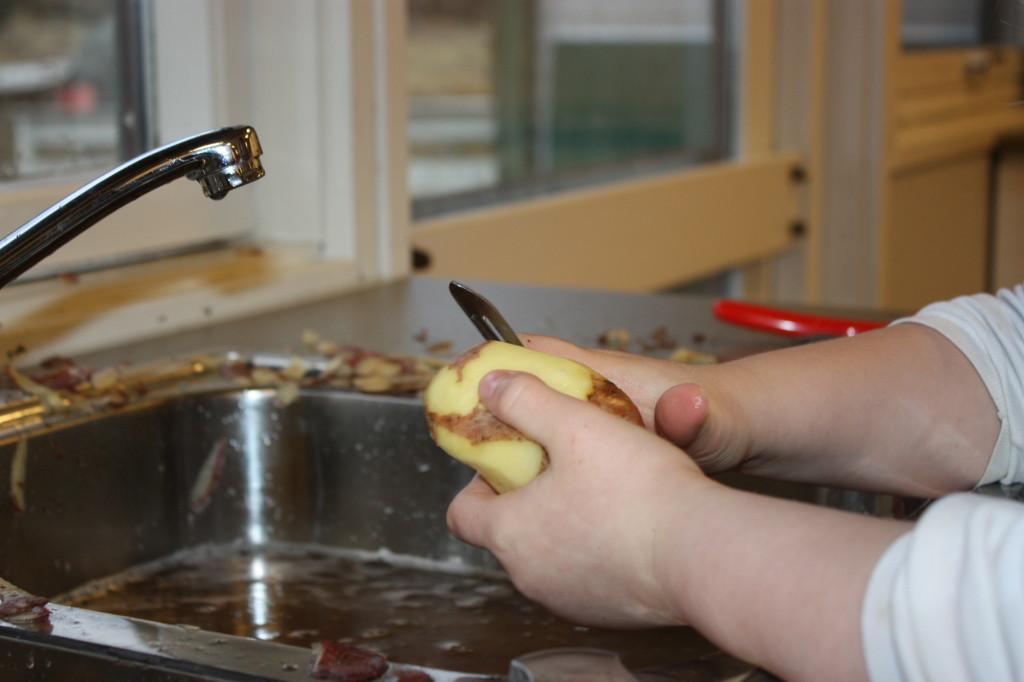 Kokkene satte i gang med potetskrelling.