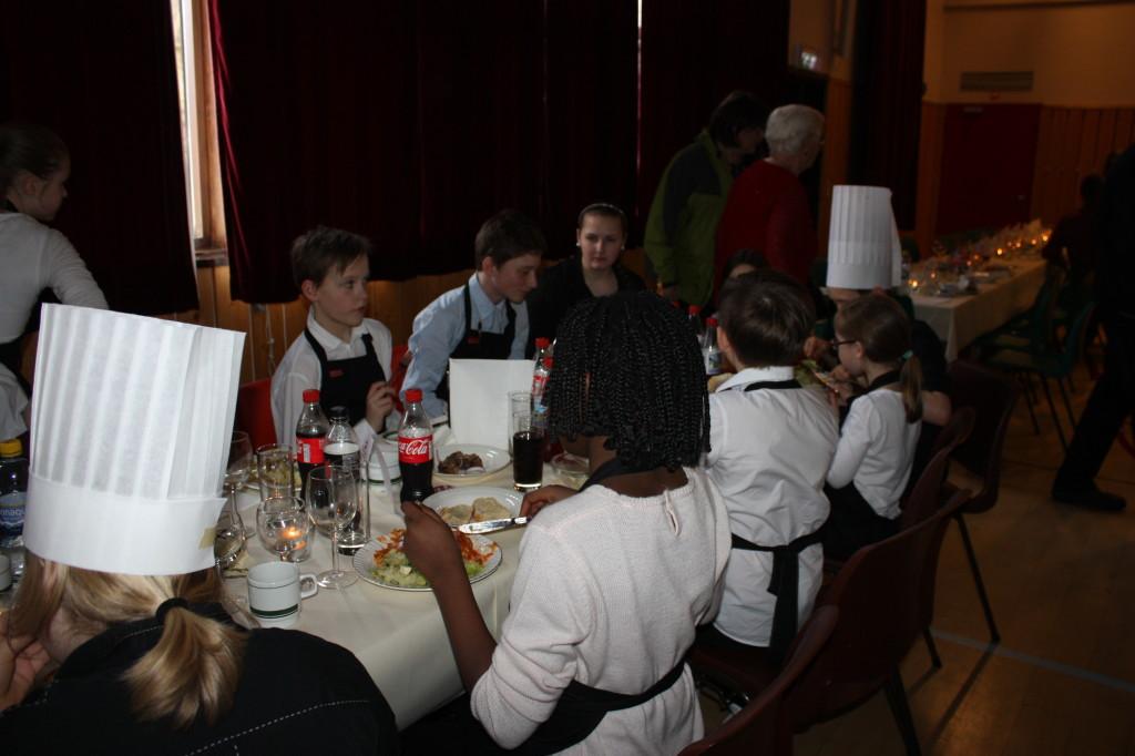 Og da alle gjestene hadde fått mat var det noen sultne og ganske slitne kokker og servitører....