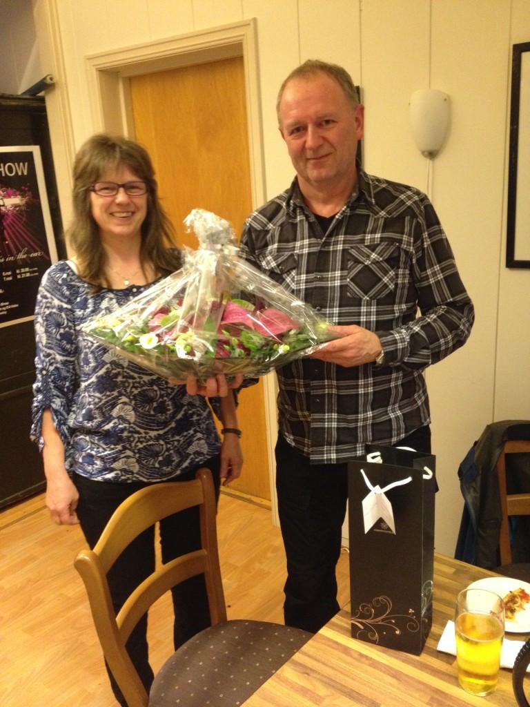 Leder i Coop Meløy, Berit Johansen, ga styrer for coopen gjennom 30 år, Hans Kristian Helgesen, både gode ord, blomster, drikke og kake.