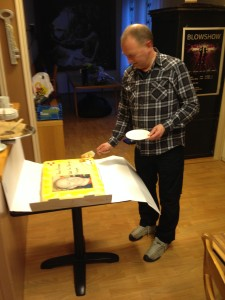 Styret hadde fått laget en stor marsipankake med teksten takk for innsatsen gjennom 30 år og med et bilde av Hans Kristian.