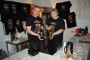 EGEN VIN: Helge Edvardt Tvenning og Håkon Gjersvik Nilsen var ansvarlige for forfriskninger i pausen. Her viser de fram «Blowshow-vinen som var laget for anledningen.