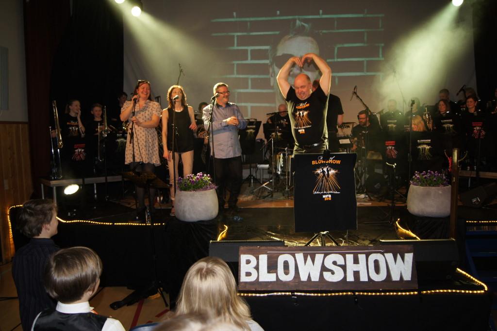 SATTE TONEN: Roger Stub fikk opp stemninga fra første stund da han sang låten Let me entertain you – godt hjulpet av Bente M. Sørgård, Tone Lise Lyngeng og Stein Ivar Hestdal.