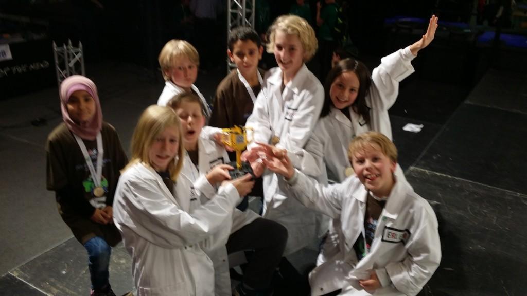 Gratulerer til Meløyas Legobyggeservice for strålende innsats. Og til alle foreldre, lærere og andre som har stått på, støttet opp. Bakt boller, sydd, gitt penger og gaver, stått time på time og programert sammen med ungene, svart på spørreskjma osv osv.