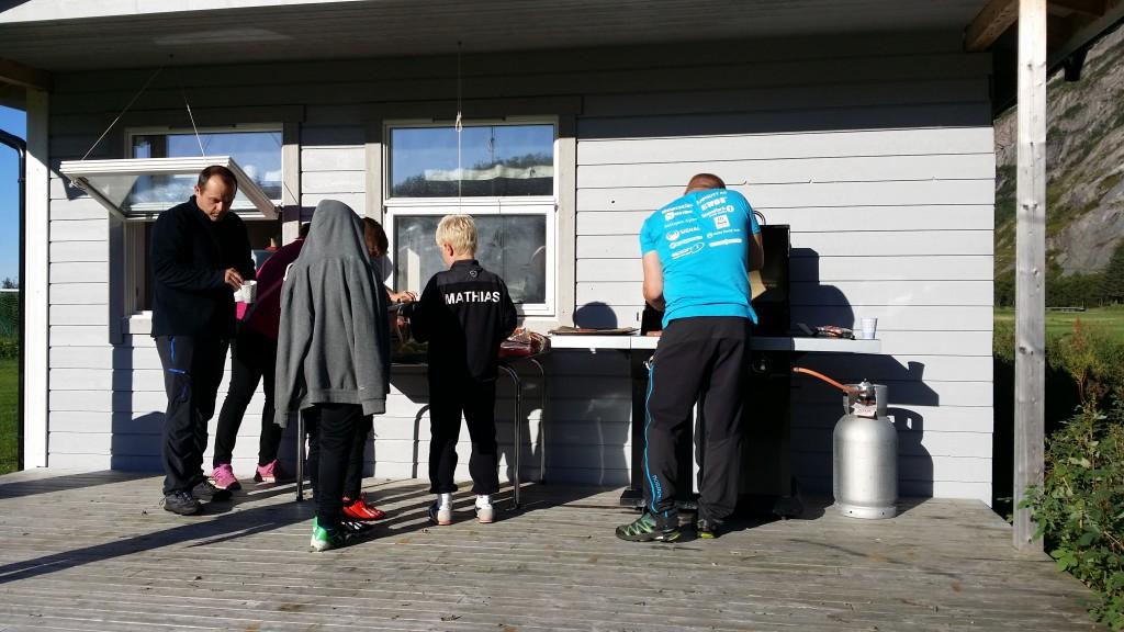 Oppstarten av barenidretten etter sommerferien startet med felles middag på banen, rett etter jobb. Koselig tiltak.