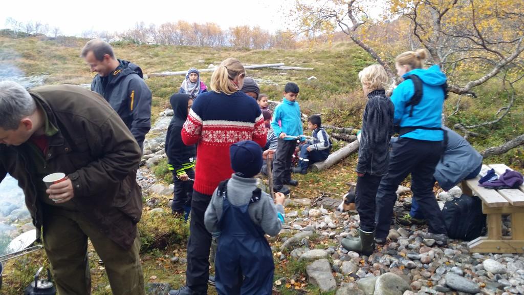 Håkon og Linn inviterte til høsttur til gapahuken i Nordmarka. Der ble det laget middag til 35 stk, i friluft.