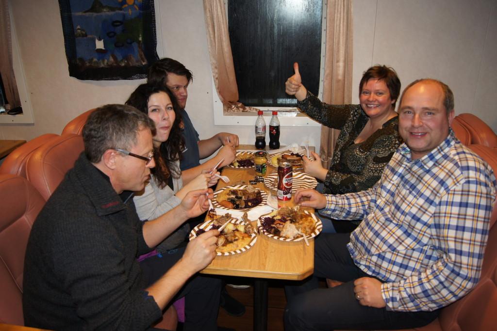 Jan Gunnar, Line, Henrik, Camilla og Kjetil koser seg med deilig julemat