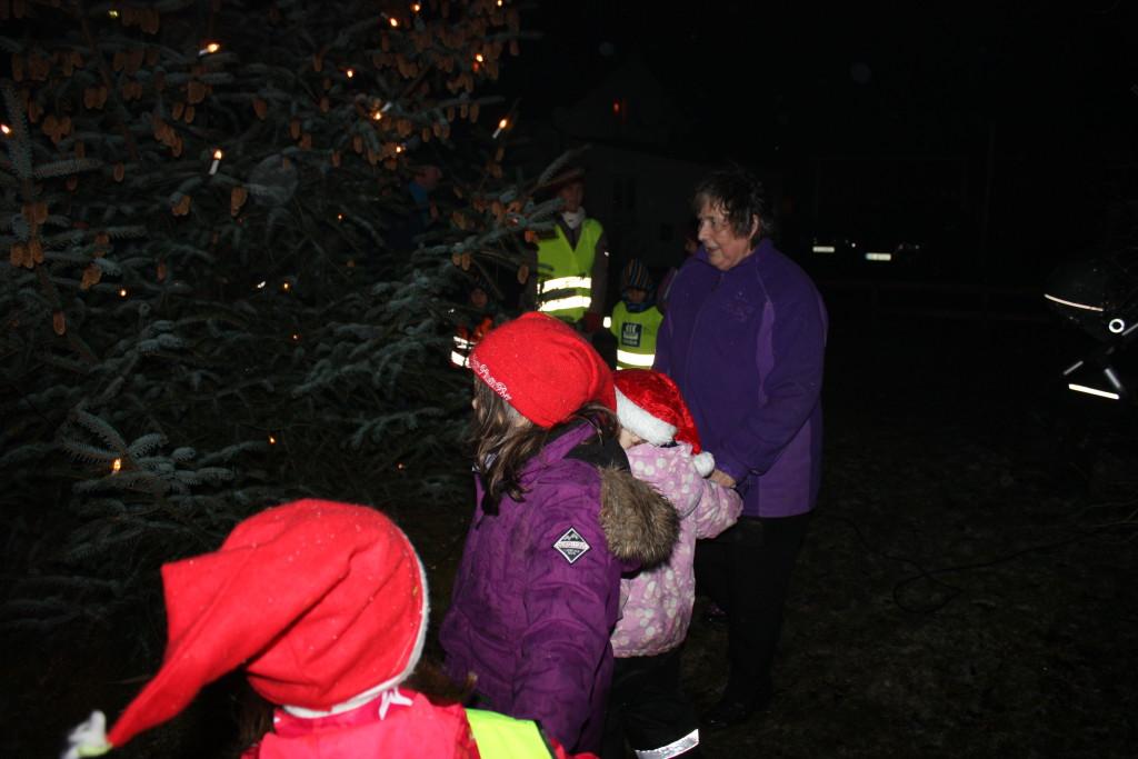 ....mens barn og voksne gikk rundt treet og sang.