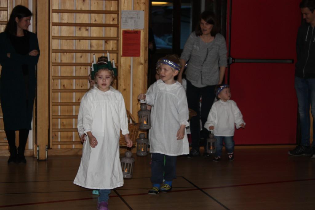 Så kom barnehagen med Luciasang og boller.