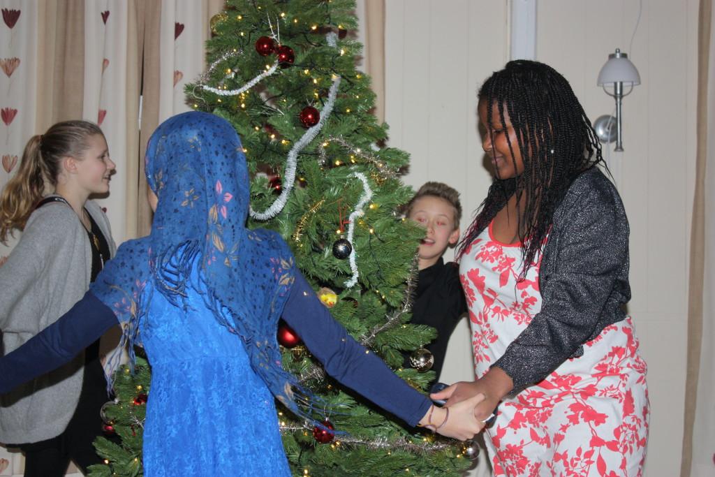 Ungdommene gikk rundt juletreet,