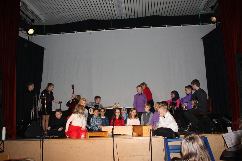 Hele skolen spiller en sang samtidig. Under ledelse av svært dyktige Lise.