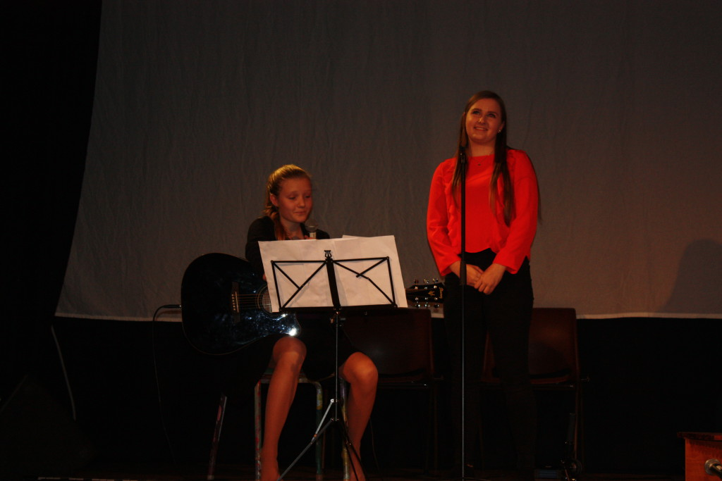 Marte og Marte Sofie, som går siste året i år, holdt en humoristisk tale og sang en svært rørende sang. Flotte jenter.