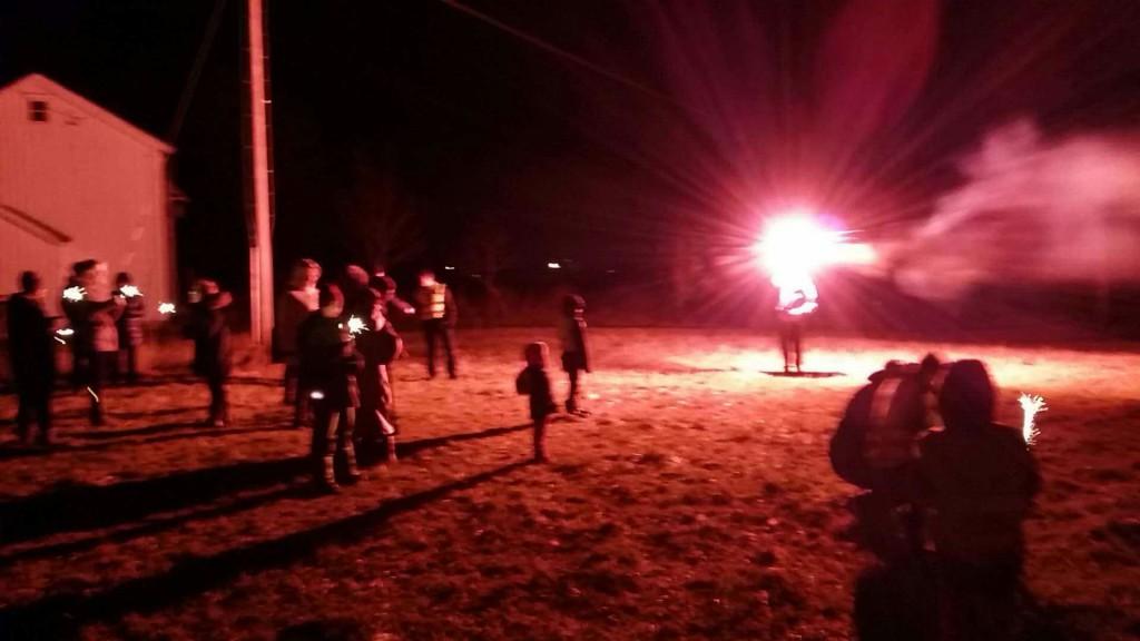 Nyttårsaften ble feiret med raketter i stiv kuling.